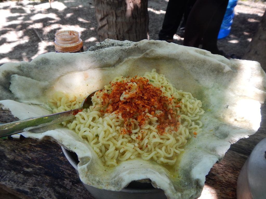 Makan mie kuah dengan kerang besar saat di Raja Ampat