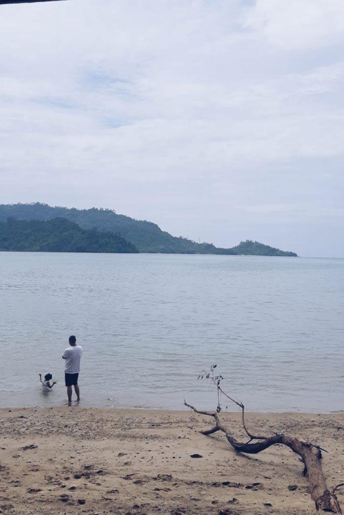 Salah satu pantai di daerah Bungus, dekat rumah makan yang menjual gulai kepala ikan karang