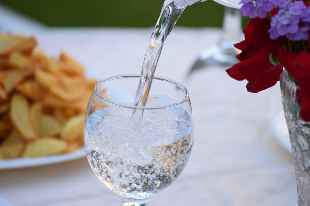 Minum air putih agar tetap fit dan berenergi